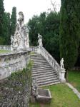 il-gioco-di-statue-e-scalinate-oltre-la-peschiera-di-villa-trissino-marzotto
