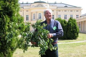 Un momento sereno di Ivano Garbujo, in occasione della prima edizione della mostra di giardinaggio al castello Karolyi, in UNgheria. Alle sue spalle il castello che nel 2005 era appena stato restaurato, tra le sue braccia Quercus pumila, di cui andava fiero.