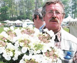 dino-pellizzaro-casualmente-con-fiori-molto-distanti-dai-suoi-interessi-vivaistici