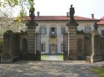 villa-della-porta-bozzolo-la-facciata-della-villa-vista-dal-viale-del-giardino-segreto