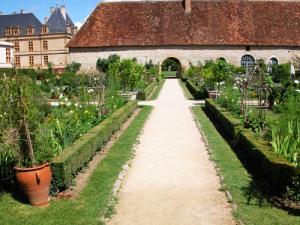 castello-di-Cormatin-il-potager-e-sullo sfondo la orangerie-a-lato-del-castello