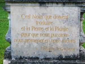 """Su una lapide all'ingresso del jardin de plaisir una frase di  Friedrich Nietzsche tratta da La gaia scienza (1882): """"Siamo noi a dover tradurre la Pietra e la Pianta per poter passeggiare in noi stessi"""""""