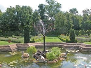 castello-di-Cormatin-la-vasca-centrale-del-giardino