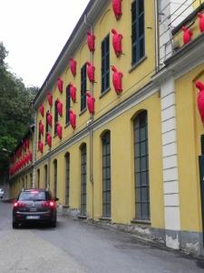 tartarughe-Cracking-Art-scalanom-una-facciata-industriale-a-Sagliano